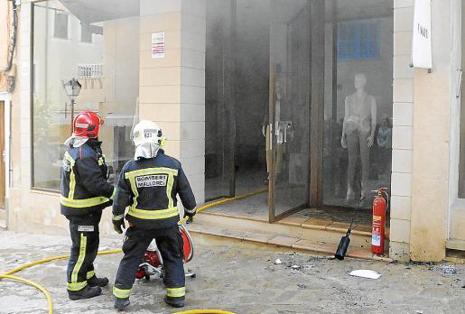 Los Bombers de Mallorca ventilaron la tienda de ropa tras sofocar el fuego.