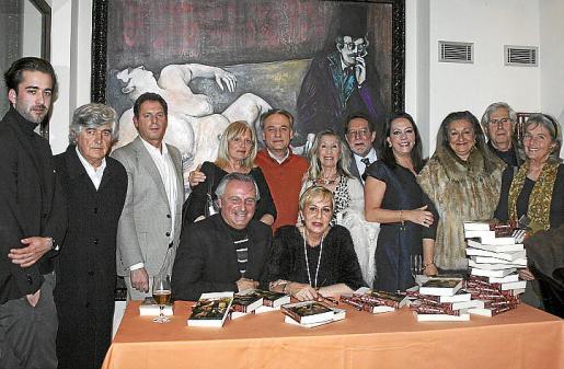 Celia Velasco junto a Biel Durán. De pie: Carlos y Pedro Prieto, Christian Karis, Carmen Gordó, Horacio Alcolea, Dora Alabert, Antonio Salvá, María Crespo, Magdalena Grúa, Juan Sampere y Anette Escaño.