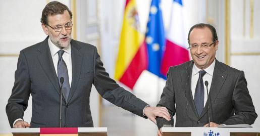Rajoy bromea con Hollande en el Palacio del Elíseo poco antes de ver juntos el encuentro de fútbol entre Francia y España.