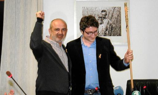 Miquel Cifre cede la vara al nuevo alcalde, Antoni Reus. A la derecha, el portavoz del PP, Martí Torres, que fue muy crítico en su discurso. Fotos: E.B.
