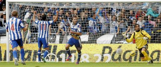 Los futbolistas del Deportivo celebran el gol que sentenció el partido de la primera vuelta en Riazor frente a la desesperación de Aouate.