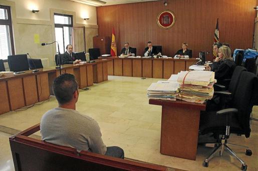 El acusado, ayer, en el banquillo de los acusados momentos antes del juicio.