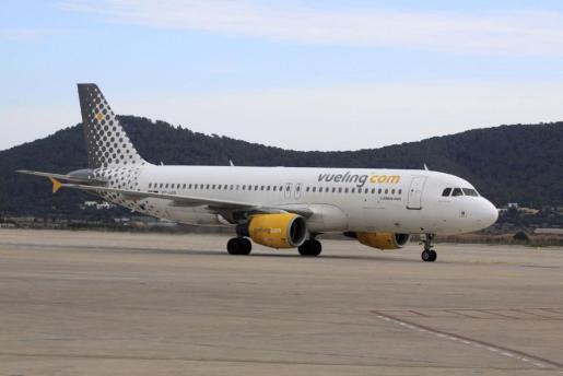 Avión de Vueling en el aeropuerto de Eivissa.