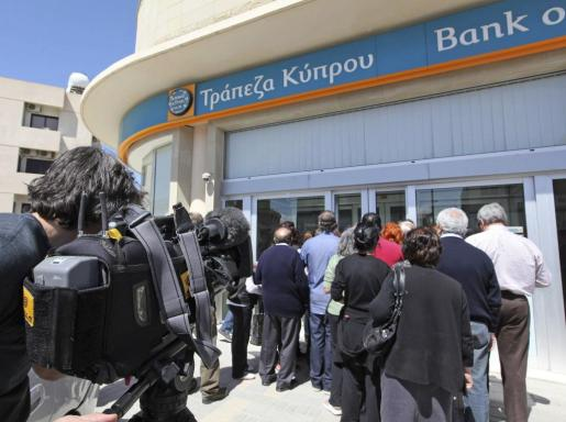 Chipriotas aguardan la apertura de una sucursal del Banco de Chipre, en Nicosia.