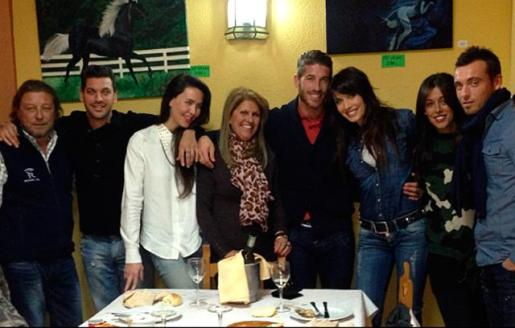 Sergio ramos y Pilar Rubio, durante una cena con amigos en la noche de Reyes.