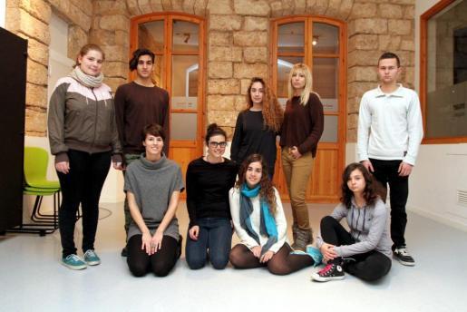 Parte del grupo de jóvenes posó en una clase en la que se ensayó la obra de final de curso, 'Mutis pel fòrum'.