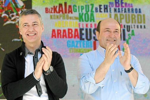 El lehendakari Urkullu (i) junto al presidente del PNV, Andoni Ortuzar (d), durante el Aberri Eguna.