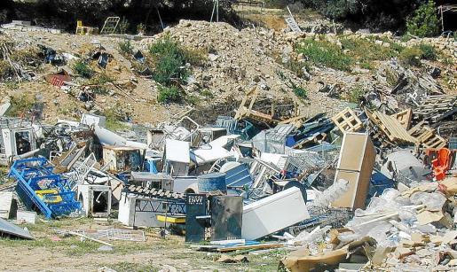 La empresa calcula que la mitad de los escombros que se producen en la Isla acaban en vertederos ilegales.