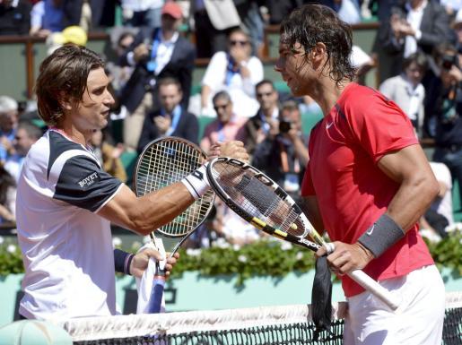 El tenista español Rafael Nadal (d) saluda a su compatriota David Ferrer (i) tras derrotarle en la semifinal masculina del torneo de Roland Garros del pasado año.