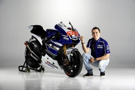 El piloto mallorquín de MotoGP Jorge Lorenzo posa junto a su Yamaha M1 oficial para la temporada 2013 en una imagen promocional de la marca nipona.