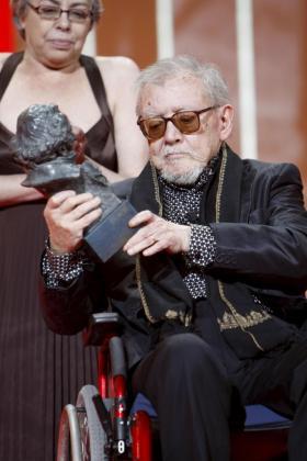 El cineasta Jesús Franco tras recibir el Goya de Honor durante la XXIII Gala de los Premios Goya en 2009.