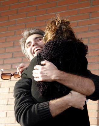 Un grupo de amigos y familiares de Emili Gallardo han esperado su salida de la cárcel.