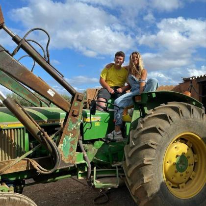 Miquel Montoro enseña a Lola Índigo a montar en tractor en Mallorca