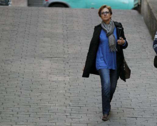Joana Lluïsa Mascaró bajando la rampa de acceso a los juzgados.