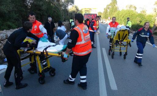 Dos de los ciclistas heridos, en sendas camillas, entes de ser evacuados al hospital en ambulancia