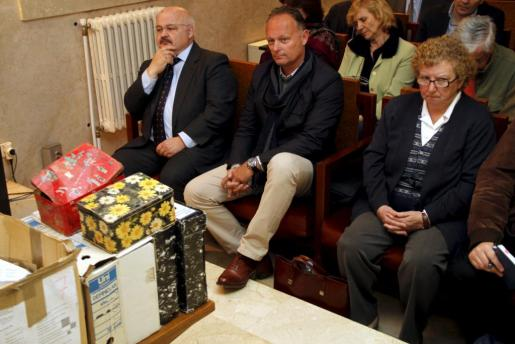 Josep Juan Cardona, Joseph Kurt Viaene y Antònia Ordinas, con los botes incautados.