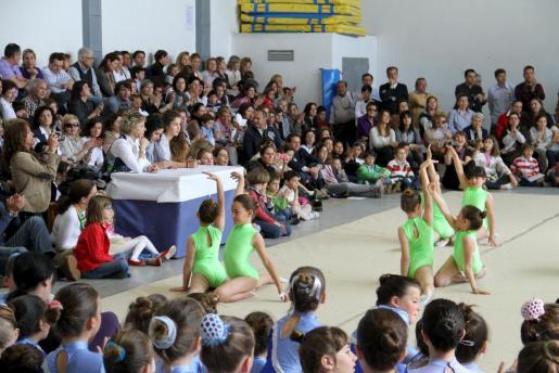 El pabellón del Sagrat Cor recibió una gran acogida de público, que vibró con las actuaciones de las diferentes categorías y las demostraciones de los equipos escolares.