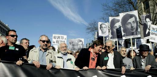 El actor José Sacristán (2i), los poetas Luis García Montero (4d) y Juan Gelman (3d) y el diputado de IU en el Congreso, Gaspar Llamazares (2d), entre otros, durante la manifestación en Madrid.