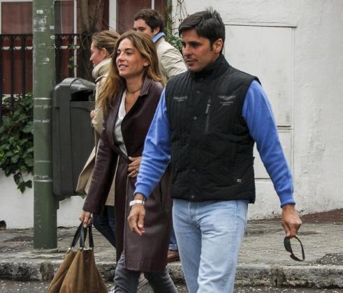 Lourdes Montes y Francisco Rivera, paseando por Sevilla.