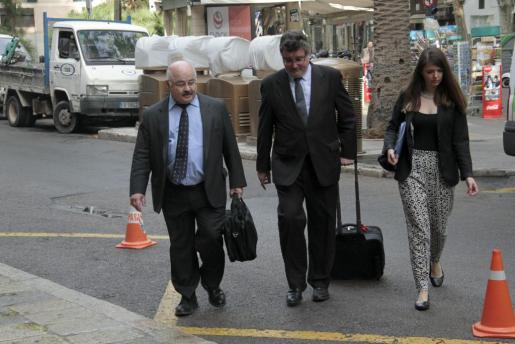 El exconseller de Comercio, Industria y Energía Josep Juan Cardona, llegando a la Audiencia Provincial.