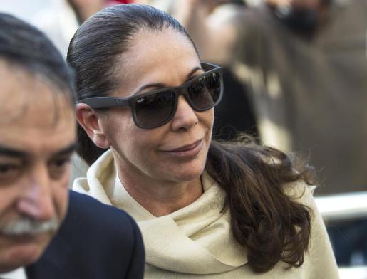 La tonadillera Isabel Pantoja, acompañada por su abogado, a su llegada hoy a la Audiencia de Málaga para conocer si es condenada por blanqueo de capitales en un proceso en el que también están acusados su expareja, el exalcalde de Marbella Julián Muñoz y la que fuera esposa de éste, Maite Zaldívar.