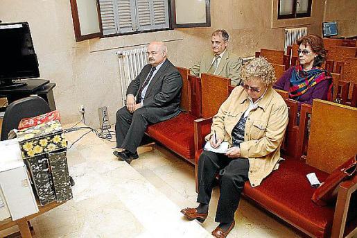 Apenas cinco personas se sientan ya en el banquillo de los acusados del 'caso Scala'. El tribunal ha dispensado a los otros 13 de asistir a las sesiones hasta los últimos días, después de que todos ellos se conformaran. Los únicos que asisten son Cardona, Ordinas, Isabel Rosselló, Arnaldus y Antoni Munar.