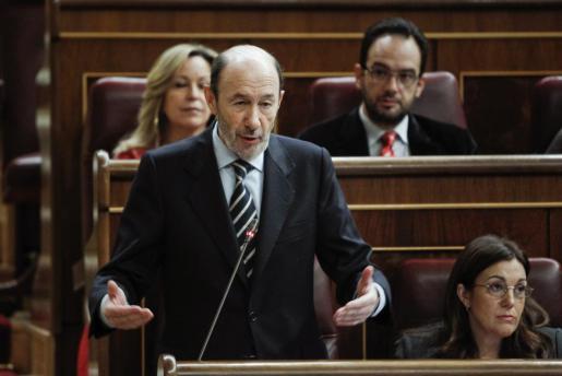 El líder del PSOE, Alfredo Pérez Rubalcaba (i), junto a la portavoz parlamentaria socialista, Soraya Rodríguez (d), durante su intervención ayer en la sesión de control al Gobierno.