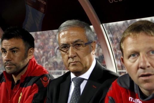 Manzano, en el centro de la imagen, durante el último encuentro del Mallorca en Son Moix.