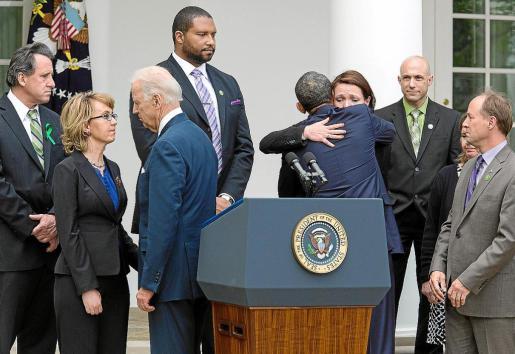 """MHR42- WASHINGTON (DC, EEUU), 17/04/2013.- El presidente de EE.UU., Barack Obama (3d), abraza a Nicole Hockley (2d), junto al vicepresidente, Joe Biden (3i), la exrepresentante demócrata por Arizona, Gabby Giffords (2i), y otras víctimas de la violencia por armas en el Rose Garden de la Casa Blanca, hoy miércoles 17 de abril de 2013, en Washington DC (EEUU). Obama acusó a algunos senadores de ceder a las presiones del """"lobby"""" pro armas al rechazar la enmienda bipartidista que pretendía ampliar la verificaci"""