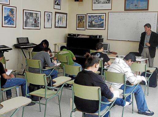 Imagen de archivo de estudiantes en un centro de las Islas.