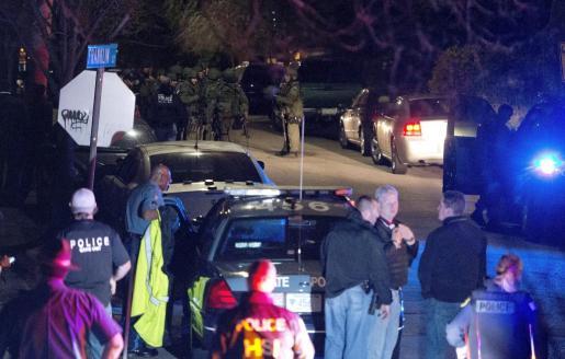 Los agentes del Swats desalojan la zona en la que detuvieron al sospechoso de los atentados de Boston.