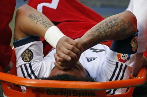 El defensa brasileño del Real Madrid Marcelo Vieira (3d) se retira lesionado del terreno de juego.
