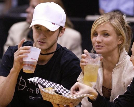 Justin Timberlake y Cameron Díaz, durante un partido de la NBA.