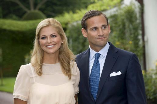 Imagen de archivo tomada el 11 de agosto de 2009 que muestra a la princesa Magdalena y su prometido, Jonas Bergström.