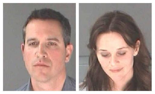 La actriz Reese Witherspoon y su marido, James Toth, en la foto policial que les fue realizada tras su detención.
