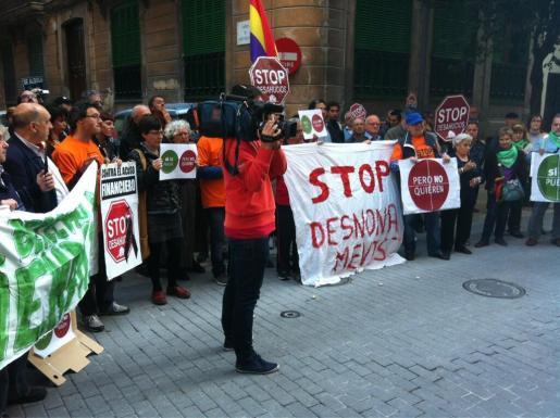 Un centenar de personas han protestado frente a la sede del PP.