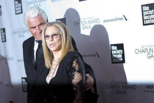 Barbra Streisand y su marido, James Brolin, a su llegada a la fiesta, celebrada en el Lincoln Center de Nueva York.