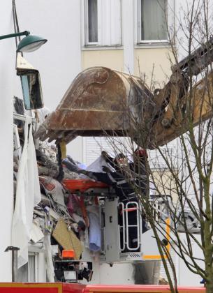 Los servicios de emergencias recuperan un cuerpo de un edificio derrumbado en Reims, Francia.