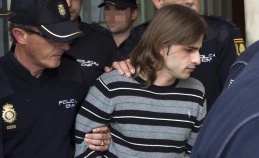 El asesino de la joven Marta del Castillo, Miguel Carcaño, es escoltado con fuerte protección policial, durante su traslado hoy ante el juez.