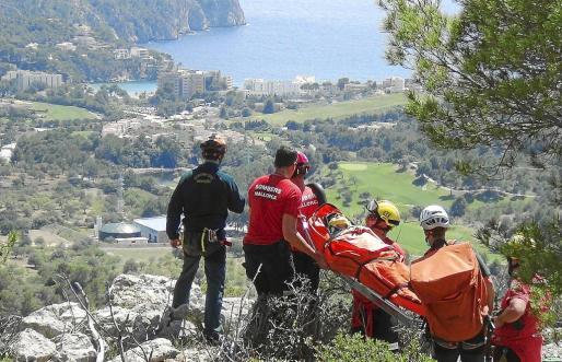 La mujer tenía fuertes dolores y fue evacuada en camilla por los bomberos y el GREIM. Fotos: MICHELS-DANI-JORGE