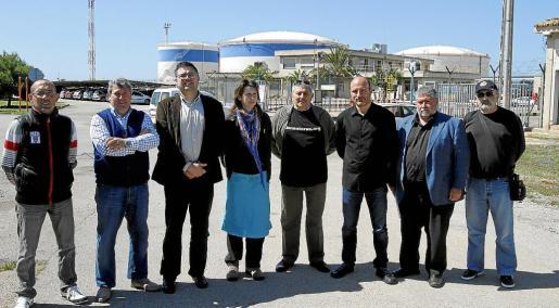Representantes de Més, del GOB y los vecinos de la zona posan junto a los depósitos de CLH.