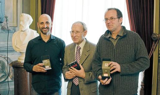 Toni Gomila, ganador por el texto de 'Acorar'; Josep Massot, organizador de los premios, y el poeta Miquel Àngel Llauger.