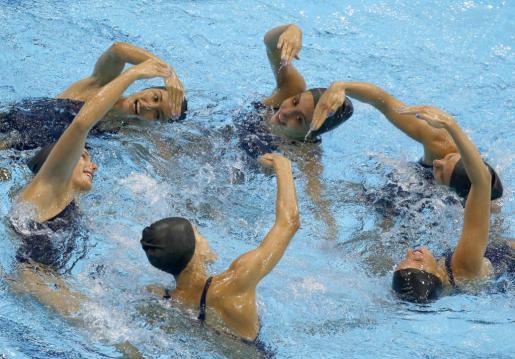 El equipo femenino de natación sincronizada de España entrena en el centro acuático de Londres 2012.