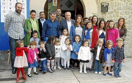 Las autoridades con los Angelets, la Beateta y la Hereva, en el centro, junto al alcalde.