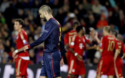 El defensa del F.C. Barcelona Gerard Piqué tras el tercer gol marcado por el Bayern Múnich, obra de Müller,