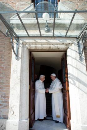 Imagen cedida por el periódico Osservatore Romano que muestra al papa Fransico recbiendo añ papa emérito Benedicto XVI a su regreso al Vaticano