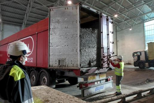 Imagen de archivo de los primeros camiones con residuos que llegaron a Son Reus el pasado mes de enero.