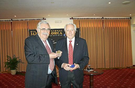 Pere A. Serra recibe de manos de Luis Ramallo la Medalla de la Unesco que conmemora el nacimiento de Picasso en un diseño realizado por Joan Miró.