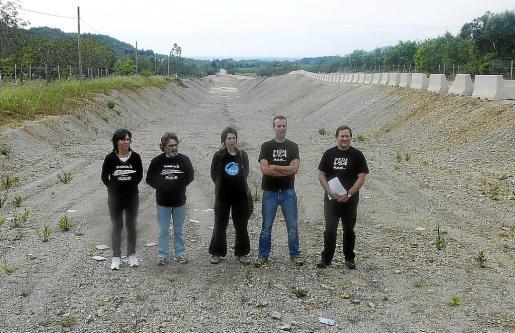 Miembros de la plataforma y el GOB mostraron «el desastre» producido con la paralización de las obras del tren de Llevant. Imagen a la altura de Son Catiu, entre Artà y Son Servera.