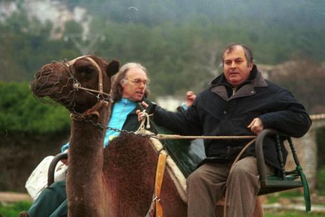 Miguel Vidal y Gustavo Peñalver rememoran en este documental su hazaña de los años '60, cuando dieron una vuelta a Mallorca en camello.